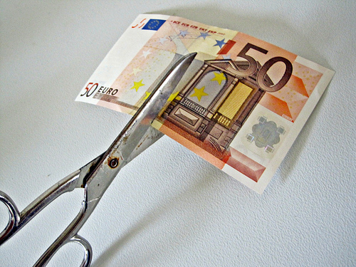 Cutting a bank note